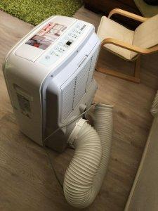 Mobiles Klimagerät in einer Wohnung